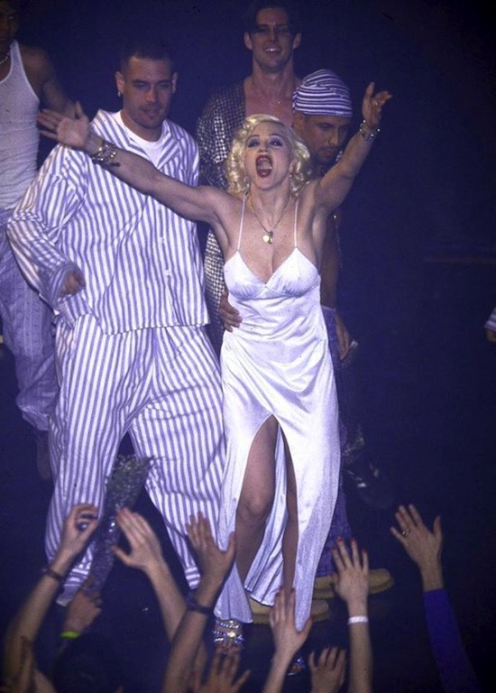 madonna-bedtime-story-pajama-party-mtv-3