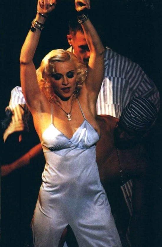 madonna-bedtime-story-pajama-party-mtv-4